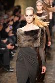 New york - 11. februar: modelle gehen das start-und landebahn-finale in der donna karan herbst winter 2013 sammlung während der mercedes-benz fashion week am 11. februar 2013 in new york city. — Stockfoto