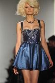 New york, ny - 12 февраля: модель прогулки взлетно-посадочной полосы на блондинов падать 2013 показ мод во сделал неделе моды в молочных студий на 12 февраля 2013 в нью-йорке — Стоковое фото