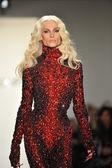 New york, ny - 12 февраля: дизайнер филипп блондинка ходит взлетно-посадочная полоса на блондинов попадают 2013 показ мод во сделал неделе моды в молочных студий на 12 февраля 2013 в нью-йорке — Стоковое фото
