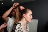 Nowy jork - 10 lutego: model dostaje gotowy za kulisami dla victora de souza kolekcja w hotelu strand podczas mercedes-benz fashion week 10 lutego 2013 r. w nowym jorku — Zdjęcie stockowe