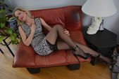 Sarışın kız elbise ve çorap poz — Stok fotoğraf