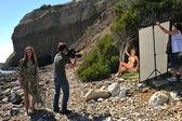 照片视频乘员组在与比基尼模型设置的位置 — 图库照片