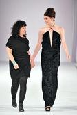 Los angeles - 15 marzo: designer roxanne nikki e modello a piedi la pista a roxanne nikki durante la settimana della moda stile alla cattedrale di vibiana, su 15 marzo 2013 a los angeles, ca. — Foto Stock