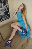 Porträtt av ung blond flicka poserar ganska i blå klänning och blå mockaskor — Stockfoto