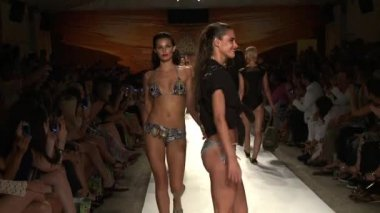 MIAMI - JULY 20: Models walk the runway finale at the Agua Bendita Collection for Spring Summer 2013 — Stock Video