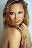 Zblízka portrétní mladých slovanské modelu s minimální make-up — Stock fotografie