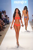 Model walking runway at the Manglar Collection for Spring - Summer 2014 — Stock Photo