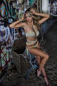 Modelo de maiô loira sensual usando biquíni e jóias — Fotografia Stock