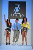 Designer a.z. araujo mit models auf dem laufsteg während der mercedes-benz fashion week — Stockfoto