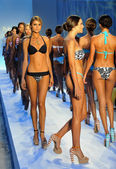 Models walks runway finale at the Poco Pano Collection — Stock Photo