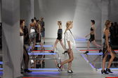 Rodarte show'da pist modelleri yürümek — Stok fotoğraf