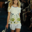 Model at runway at Tory Burch fashion show — 图库照片