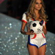 Model Cara Delevingne at Victoria's Secret — Stock Photo