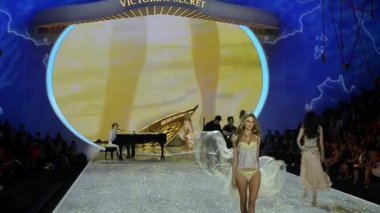 Shipwrecked part at 2013 Victoria's Secret Fashion Show — Stock Video