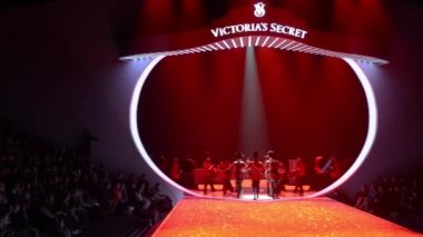 British invasion part of Victoria's Secret Fashion Show — Stock Video