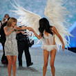 Taylor Swift performs and model Adriana Lima — Stock Photo