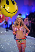Model Jessica Hart at Victoria's Secret Show — Stock Photo