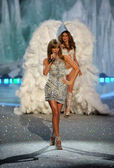 Taylor Swift and Behati Prinsloo — Stock Photo