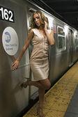 Chica sexy en nyc metro y tren de paso — Foto de Stock