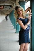 Bella donna in posa sexy nella stazione della metropolitana di new york — Foto Stock