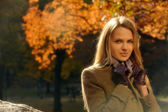 Portrait of pretty young woman in a autumnal park — Stock Photo