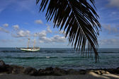 Sailboat at tropical waters — Foto de Stock