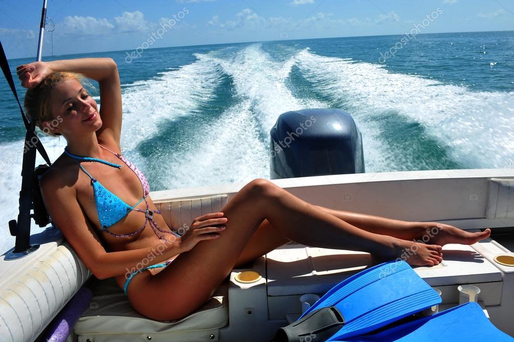 голая женщина на лодке фото