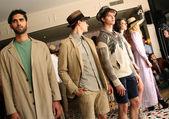 Poses de modelos no desfile de moda sergio davila — Fotografia Stock