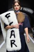 Model walks runway for designs of Heyein Seo — Stock Photo