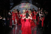 Celebrity models at Go Red For Women — 图库照片