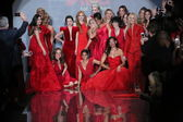 Celebrity models at Go Red For Women — Stock fotografie