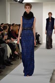 Model walks runway at Oscar De La Renta — Stock Photo