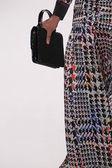 Model wandelingen start-en landingsbaan dragen silkskin ontwerper jurk — Stockfoto