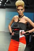 Model walks runway during Leka show — Stockfoto