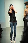 Stilista leka con modello — Foto Stock