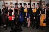 Leka de designer de moda com modelos nos bastidores — Fotografia Stock
