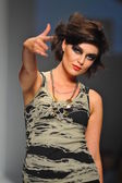Model walks runway at Artistix show — Stockfoto