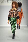 Model walks runway at Messqueen show — Stockfoto