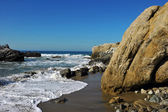 Oceanside beach and rocks — Stock Photo