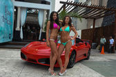 Models poses outside with car — Stock Photo