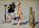 Photographers taking picture of model on beach — Stockfoto