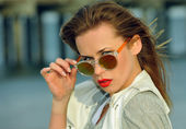 Fashionable lady wearing sunglasses — Stock Photo