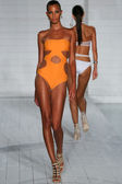 Model walks runway at Keva J. collection — Stock Photo