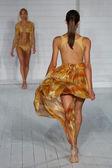 Model walks runway at Meskita collection — Stock Photo