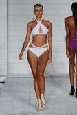 Modello cammina alla collezione Keva J. al Soho Beach House — Foto Stock