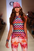 Model walks runway at Cia Maritima collection — Stock Photo