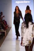Modelo caminha pista na coleção de sungas aguaclara — Fotografia Stock