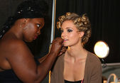 Model prepares backstage at the A.Z Araujo show — Stock Photo