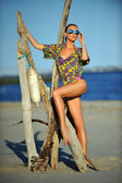 Modelo colorido vestido en la playa — Foto de Stock