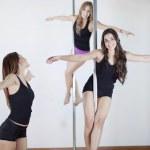 Молодые сексуальные женщины осуществляют полюс танец — Стоковое фото #13877443